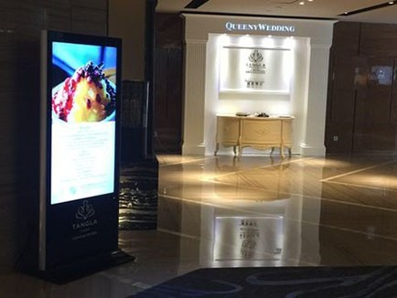 天津唐拉雅秀酒店55寸落地式广告机