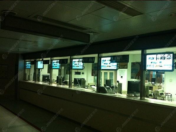 天津市第一中心医院32寸悬挂式广告机